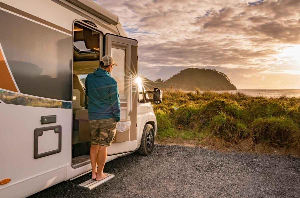 Motorhome-sunrise-NZ-beach