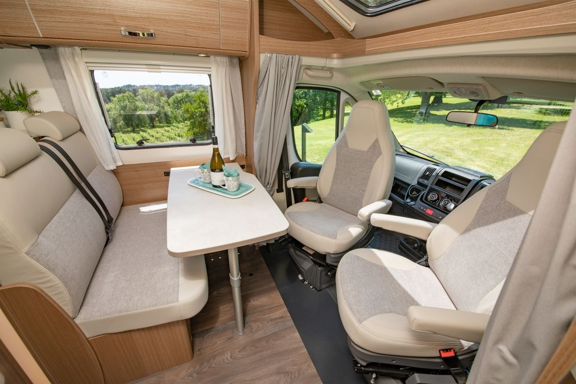Compact for 2 dinette and swivel seats