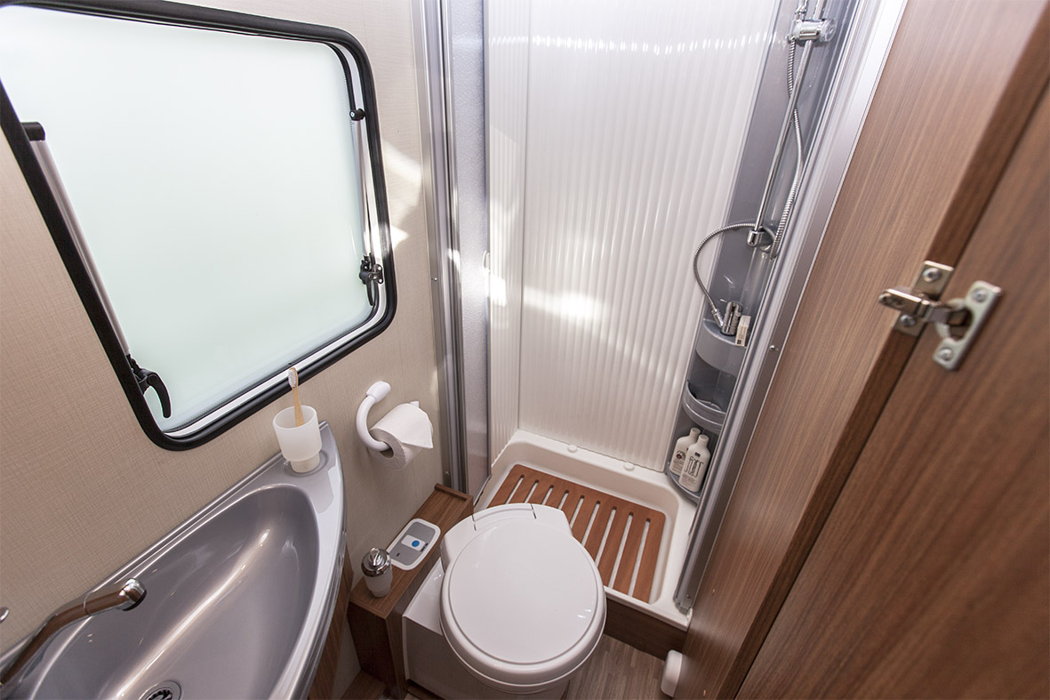 Compact 4 - Shower and toilet